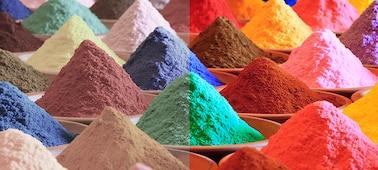 Kupi svetlega večbarvnega peska s prikazanim barvnim razponom Triluminos PRO