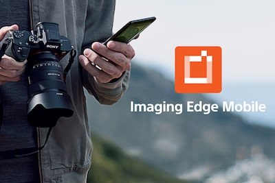Moški, ki drži fotoaparat α1 in pametni telefon ter logotip aplikacije Imaging Edge Mobile