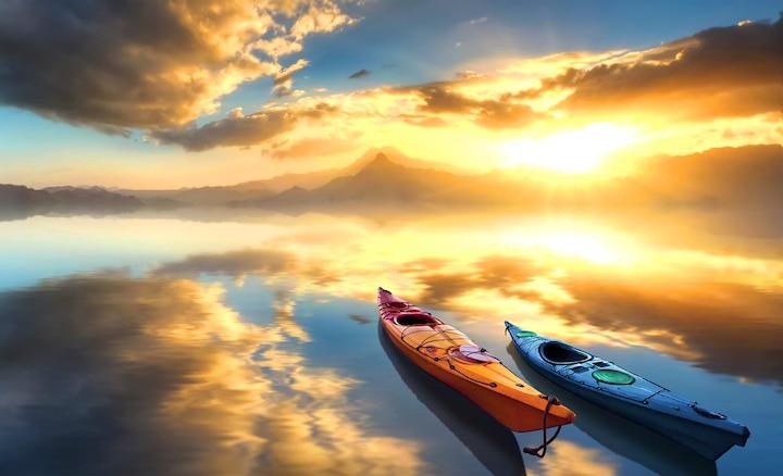Kanuja na jezeru ob sončnem vzhodu